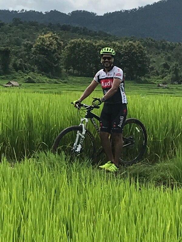 Federico Rojas Chavarría aprovecha sus días libres para hacer ciclismo de montaña en Laos.