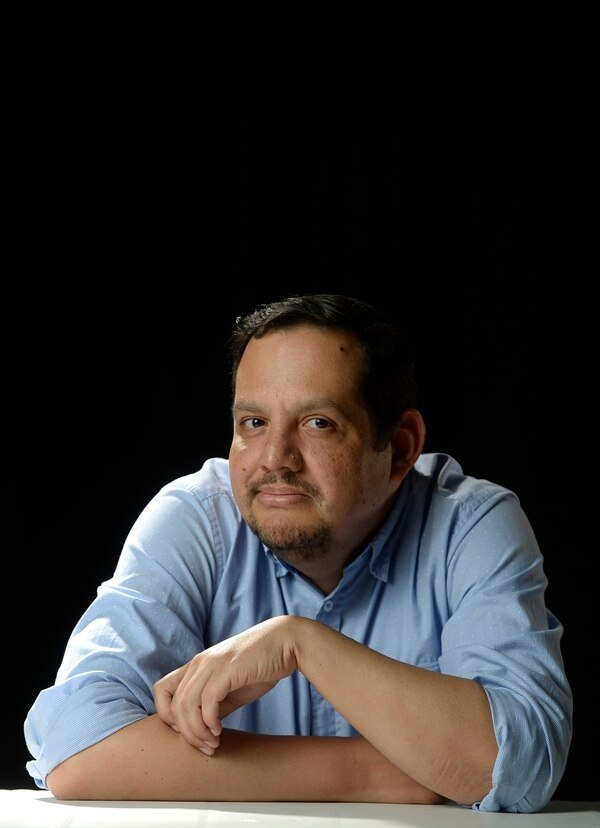 """""""Lo más difícil de ser mánager era cumplir las expectativas de 4 personas perfeccionistas. Este es un negocio idolatrado, pero no es fácil"""", dice Daniel Moreno, recordando cuando representó al grupo Gandhi. Foto: Jorge Navarro."""