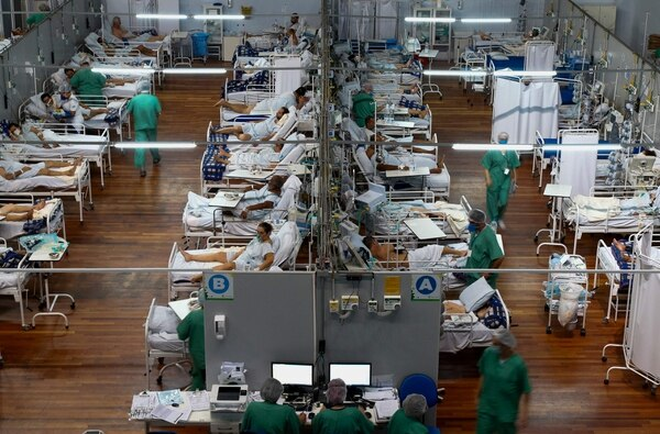 Pacientes afectados por la covid-19 permanecen en un hospital de campaña instalado en un gimnasio deportivo, en Santo Andre, estado de Sao Paulo, Brasil, el 26 de marzo del 2021. Foto: AFP