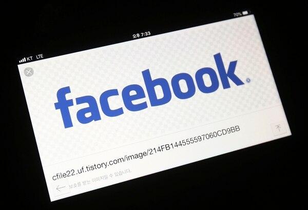 Facebook ha comenzado a probar una herramienta que permite a los usuarios mover sus imágenes más fácilmente a otros servicios en línea, ya que se enfrenta a la presión de los reguladores para aflojar su control sobre los datos. (Foto AP / Ahn Young-joon)