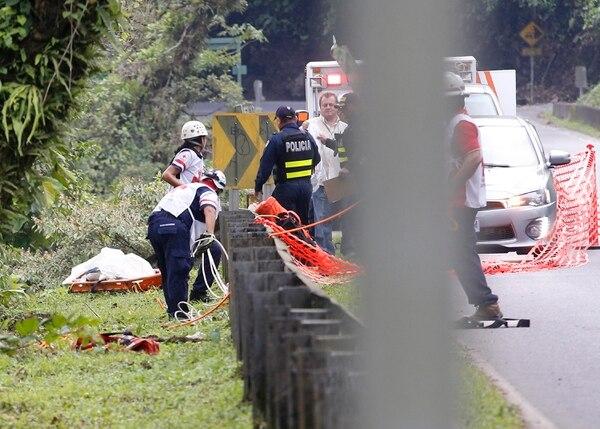 Las autoridades trabajaron en la extracción del cuerpo en el río Sucio. Foto: Albert Marín
