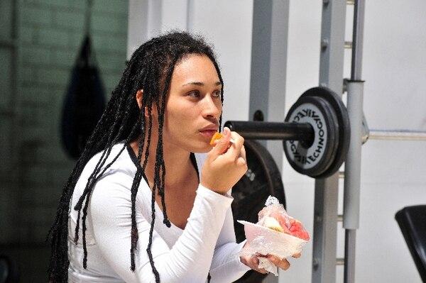 Hanna Gabriel come papaya en uno de sus entrenamientos.   ARCHIVO.