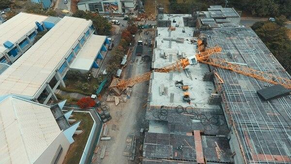 La grúa de metal que se desplomó trabajaba a 25 metros de altura y causó daños en dos puntos de la estructura. | WARREN CAMPOS