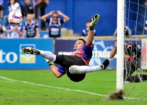 Al minuto 62, el arquero carmelo Ronny Fernández le detuvo un penal al goleador blanquiazul Randall Chiqui Brenes.   ALEXANDER OTÁROLA
