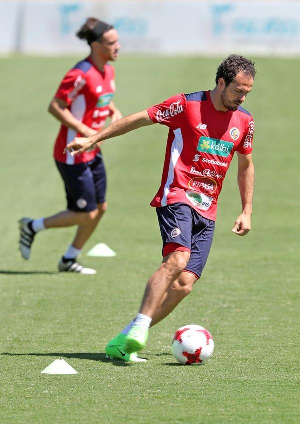 Marco Ureña durante el entrenamiento de ayer, en San Rafael de Alajuela. El atacante se mostró feliz por el ritmo que tiene. | JOHN DURÁN