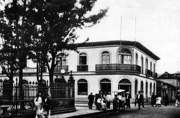 El Gran Hotel Francés, al costado noroeste del parque Central, hacia 1920. Fotografía de Manuel Gómez Miralles.