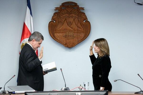 El presidente de la Corte, Fernando Cruz Castro juramentó a Patricia Solano como nueva vicepresidenta.. Foto: Marcela Bertozzi/Agencia Ojo por Ojo