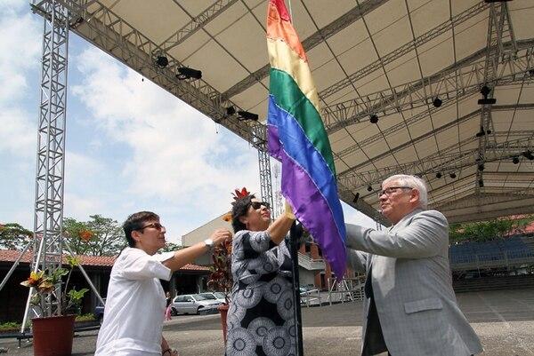 Ema Chacón (izq.) y Marco Castillo (der.) acompañan a la ministra de Cultura, Elizabeth Fonseca, al izar la bandera en el Cenac. | JOSÉ CORDERO