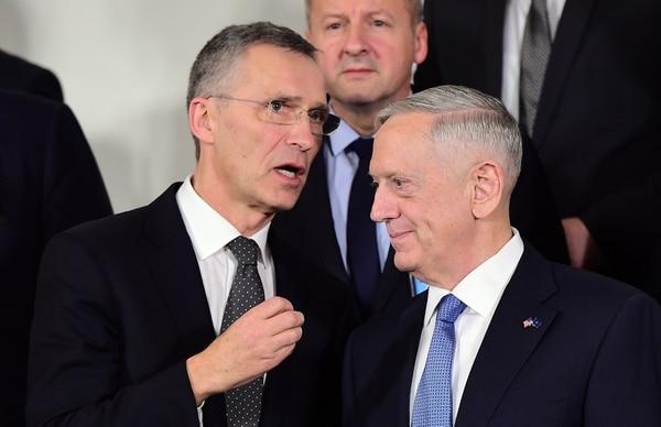 James Mattis (derecha) durante la reunión de la OTAN en Bruselas.