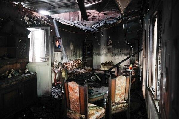 La casa de la familia Madrigal Chaverri se incendió este viernes por la noche. Hasta ahora los bomberos creen que las llamas fueron provocados por un cigarrillo encendido, ya que don Neftalí, quien pereció en el siniestro, fumaba mucho. Foto: Jeffrey Zamora