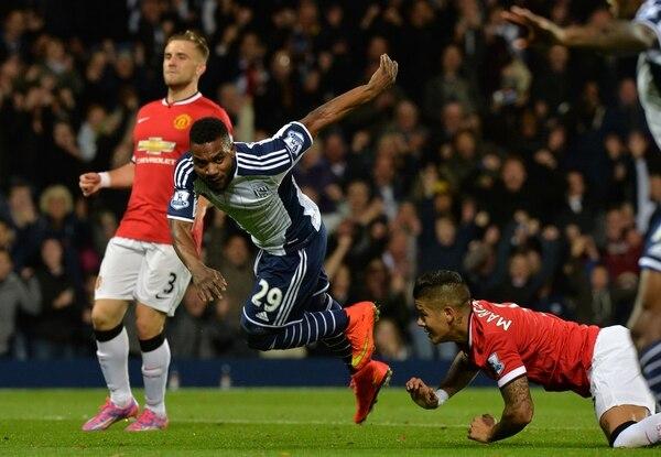 La defensa del Manchester United no pudo impedir la anotación de Stephane Sessegnon