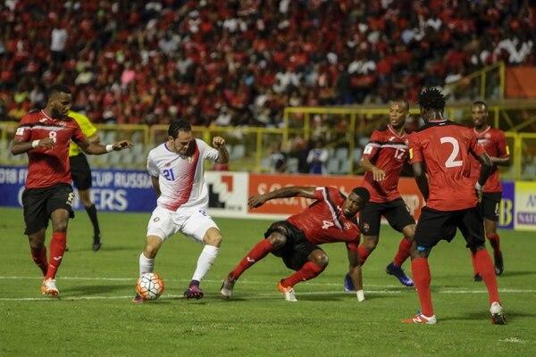 Marco Ureña intentó marcar en primer tiempo pero la defensa de Trinidad se lo impidió.