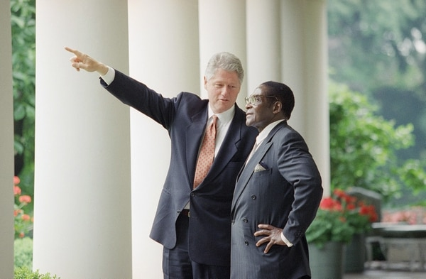 El entonces presidente de Estados Unidos, Bill Clinton, con Robert Mugabe en la Casa Blanca en 1995. / AP Photo / Greg Gibson