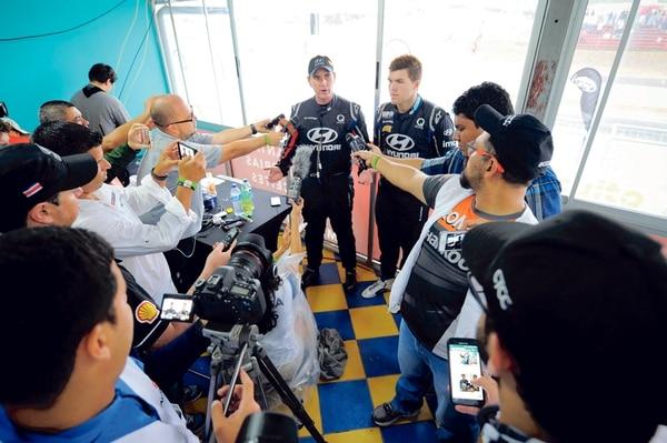 Erick Xirinachs y Danny Formal le hablan a la prensa.   JEFFREY ZAMORA