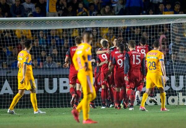 Los jugadores del Toronto celebran una de las dos anotaciones que marcaron esta noche en el Estadio Universitario de Monterrey. / AFP PHOTO / Julio Cesar AGUILAR