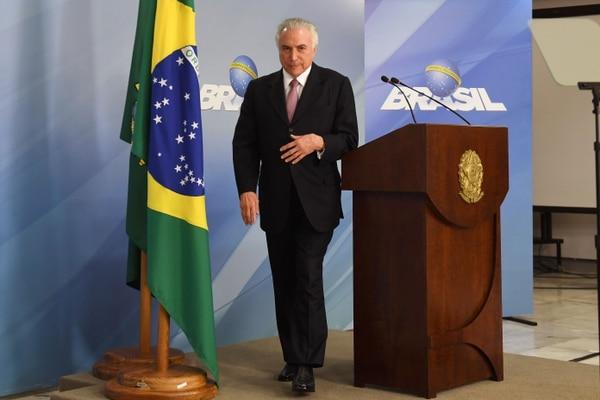 El presidente de Brasil, Michel Temer, se retira tras entregar una declaración sobre la aprobación del Senado de una ley laboral, en el Palacio del Planalto, Brasilia, el 11 de julio de 2017.