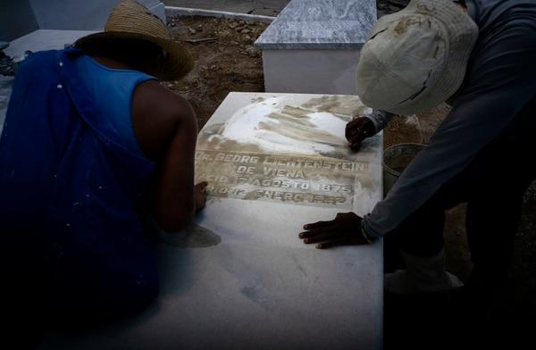 Trabajadores limpiaban una tumba en el cementerio judío de Guanabacoa, Cuba.