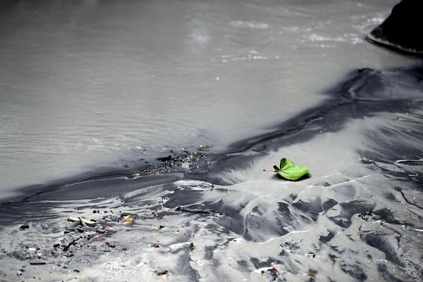 El río Desagüe mostraba el sábado pasado gran cantidad de ceniza. Parte de ese material llegó hasta el río Toro y obligó a paralizar tres plantas.