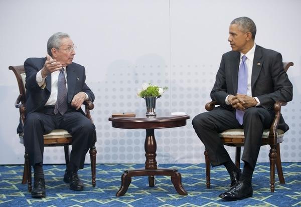 El presidente de Estados Unidos, Barack Obama (derecha) y su homólogo cubano, Raúl Castro, se reunieron ayer en el marco de la VII Cumbre de las Américas en Panamá. Arriba derecha, una mujer mira en La Habana las imágenes del encuentro. Abajo, un detalle del saludo entre ambos mandatarios.   AP, EFE, AFP