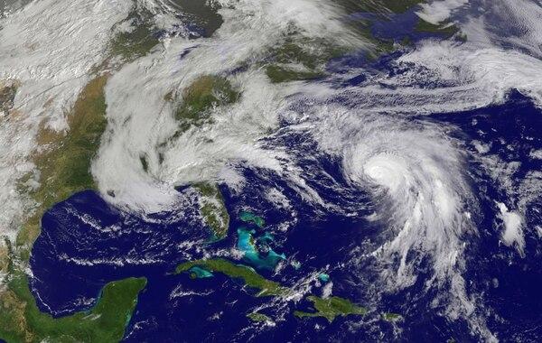 Imagen satelital del huracán Joaquín, que está cerca de las Bermudas aunque más débil.