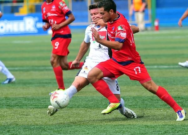 Gustavo Jiménez (17), volante de San Carlos, trata de superar a Julio Elizondo, mediocampista de As Puma durante el partido de este domingo.