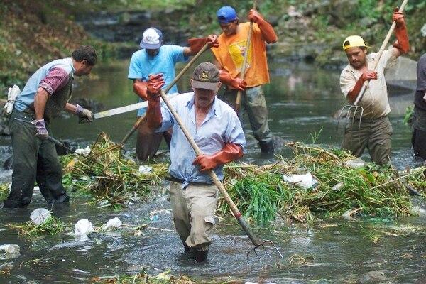 La contaminación de los ríos es uno de los problemas que se enfrenta en las ciudades, pese a los esfuerzos municipales y privados de limpieza. FOTO ARCHIVO