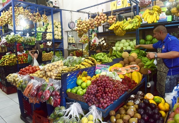El banano se mantiene desde el 2000 como la fruta de más presencia en los hogares de Costa Rica, de acuerdo con los estudios realizados por el PIMA-Cenada. También destacan por su demanda la piña, la naranja, la papaya, la sandía y, recientemente, la manzana.