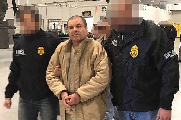 El 19 de enero, el peor fantasma del Chapo Guzmán se materializó: acá, mientras es trasladado al aeropuerto de Ciudad Juárez, rumbo a Nueva York.   FOTO: AP
