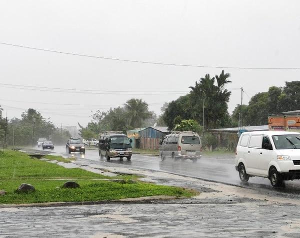 En barrio Colonia, San Rafael de Guápiles, llovía de forma permanente durante la tarde de estejueves. Foto: Reiner Montero.