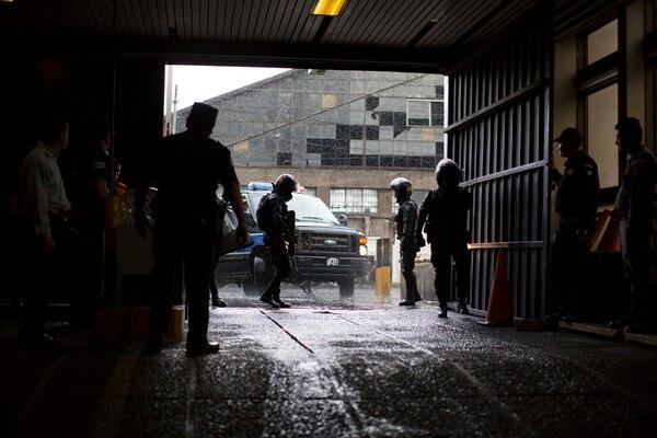 Agentes de la Policía vigilaban la llegada del vehículo que trasladaba al exmilitar condenado Byron Lima de la prisión a un tribunal en Ciudad de Guatemala. | AP