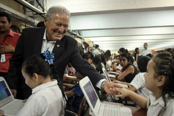 Salvador Sánchez Cerén,canidato presidencial del FMLN, saluda a niños en una escuela de San Salvador.