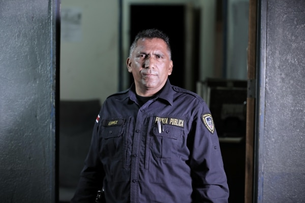 López trata de no pasar por la casa de la familia Beauchamp cuando debe hacer algún recurrido por el poblado de Matapalo.