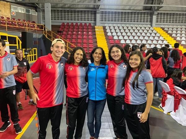 Génesis Rojas (segunda de izquierda a derecha) junto a su tía, Gabriela Traña. Foto: Cortesía Ana Luisa Traña