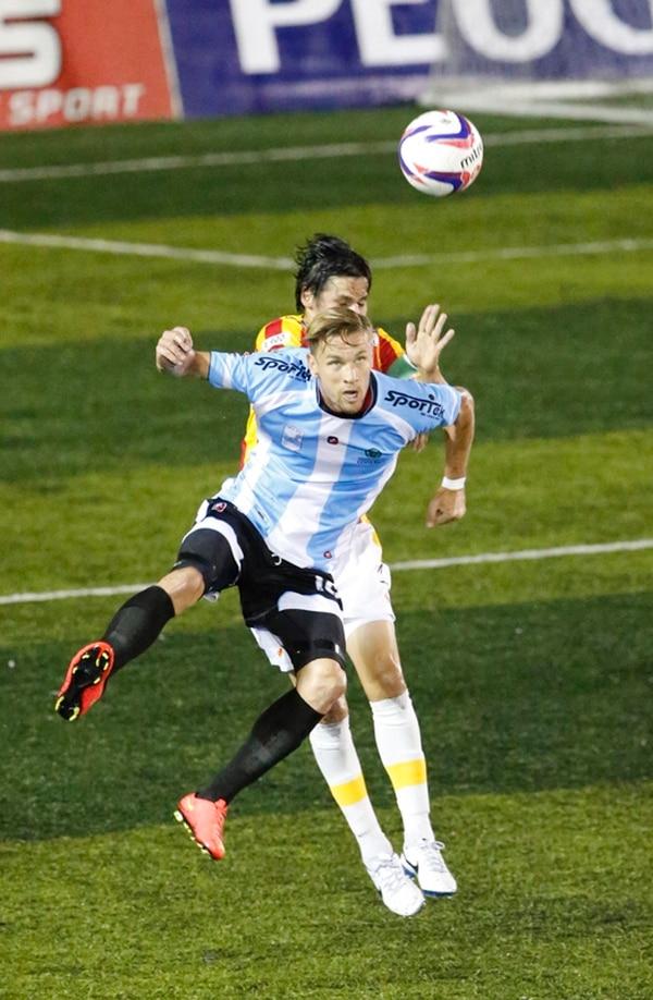 El delantero universitario Olman Vargas disputa un balón aéreo con el zaguero Cristian Montero cerca del área florense. | CARLOS BORBÓN
