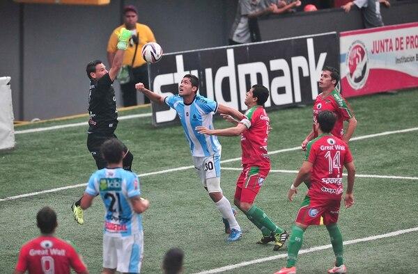 Este error del portero Ronny Fernández le permitió a Ariel Contreras (30) marcar el 0-1 parcial para la Universidad de Costa Rica.