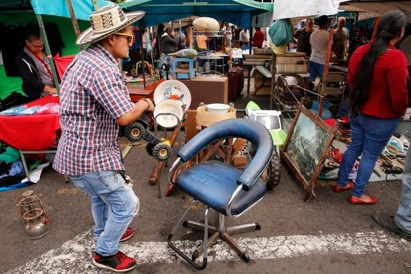 Mayner Álvarez es un colombiano radicado en el país que trabaja en el mercado de las Pulgas vendiendo todo tipo de artículos antiguos. Foto: Albert Marín.