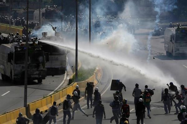 Las fuerzas policiales impidieron el jueves a los manifestantes de oposición acercarse a la sede del Ministerio del Interior en Caracas.