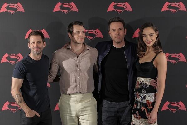 El equipo completo. El director Zack Snyder, Henry Cavill, Ben Affleck y Gal Gadot (en orden usual) se hicieron presentes en una rueda de prensa. EFE