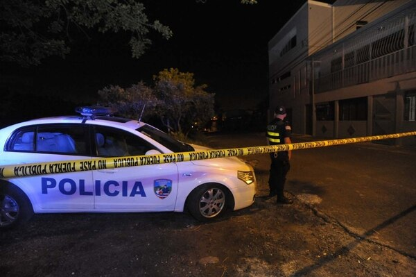Oficiales de la Fuerza Pública realizaron un amplio cierre de la escena, mientras agentes judiciales revisaban el lugar. Pablo Montiel