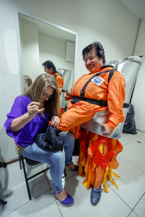 Kattya Quirós ha sido en los últimos años la mano derecha de Carlos Ramos en cuanto a sus particulares trajes: ella es la encargada de confeccionar todos los disfraces que él utiliza. Para información de disfraces llame al: 2241-7041. Fotografía José Cordero