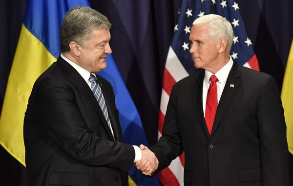 Momento en el que el vicepresidente de Estados Unidos, Michael Pence, se encuentra con el presidente ucraniano Petro Poroshenko durante la Conferencia de Seguridad Múnich, celebrada en Alemania el 16 de febrero del 2019. Foto: AFP