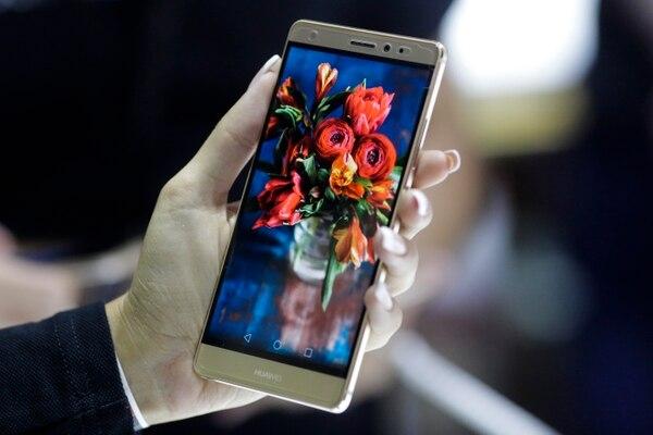 Huawei incorpora una función para proteger a los usuarios de la luz azul de los smartphones y así evitar que esta interfiera con su ciclo de sueño. AP.