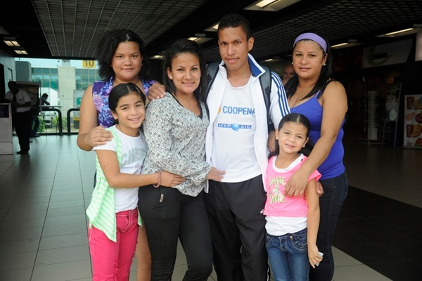 Georman Rivas fue recibido ayer en el Juan Santamaría por su sobrinas Evelyn (izq. atrás), Jimena (izq.) y Emily Azofeifa Rivas (der.); y sus hermanas, Yariela (pantalón negro) y Elieth (blusa morada).   GESLINE ANRANGO