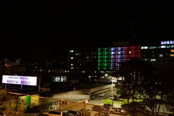 Desde el puente peatonal situado frente al centro médico se observan con claridad cada bandera. Fotografía: Alejandro Gamboa Madrigal.
