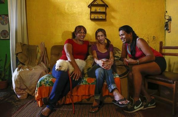 Antonella Morales (izquierda), Dayana Hernández (centro) y Tiffany Ortega son tres chicas trans que podrían verse beneficiadas con los tratamientos en la CCSS. Ellas son activistas por los derechos de estas personas.