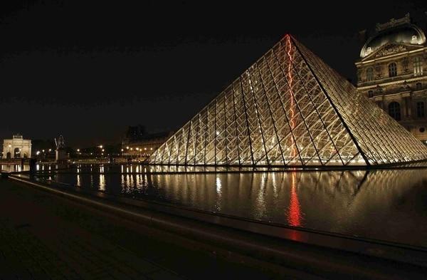 pirámide del Museo del Louvre. Archivo LN