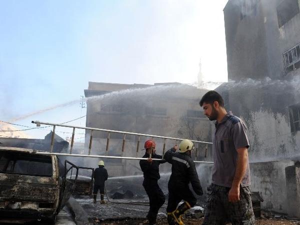 Bomberas controlan las llamas después de que una bomba estallara hoy en Damasco. | AFP.