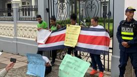 Estudiantes de Medse bloquearon portón de la Asamblea Legislativa