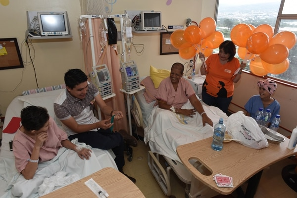 El míercoles 3 de julio, la Asociación del Proyecto Daniel comenzó a celebrar su noveno aniversario en el hospital México. En la foto, Mileidy Reyes, Diego Vargas(mago), Carmen Méndez , Ligia Bobadilla y Esteicy Herrera en la sala de Oncología. Foto: Agencia Ojo por Ojo para GN