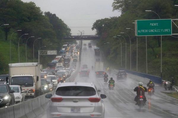 Autopista General Cañas. La lluvia y la enorme presa de carros de Alajuela hacia San José fueron constantes durante la mañana de este lunes. Foto: Rafael Pacheco